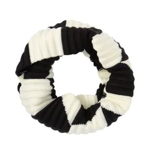 Clavin Klein White/Black Ribbed Infinity Knit Scar